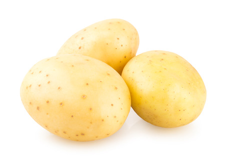 papas: patatas frescas aisladas sobre fondo blanco Foto de archivo