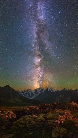 astronomie: Milchstraße und Sterne über Berge