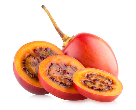 tomate de arbol: tamarillos frescas aisladas sobre fondo blanco