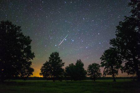 Meteorito brillante de la lluvia de meteoros de las Perseidas