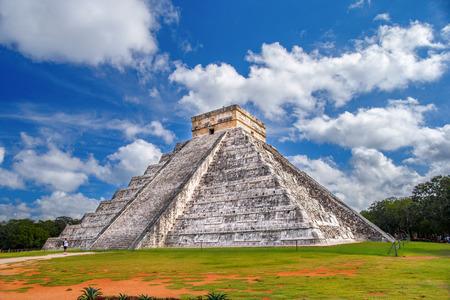 Ancient Mayan pyramid of Kukulkan (Quetzalcoatl). Historical places are Chichen Itza, Mexico, Yucatan. Banco de Imagens