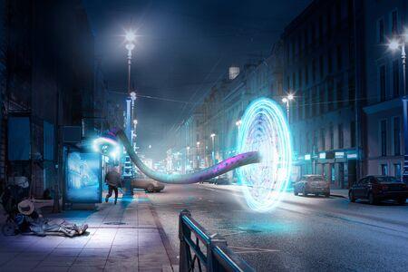 Ville de nuit de rue. Un sans-abri, un fugueur et un portail fantastique avec un manipulateur Banque d'images