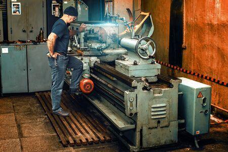 Turner works on an old lathe in a workshop Banque d'images