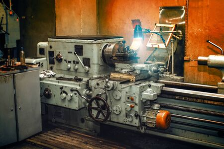 Obsolete metal lathe in an old machine shop Banque d'images