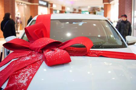 큰 빨간 활을 가진 큰 흰색 차