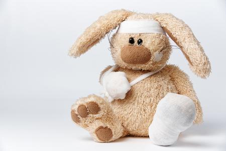 Netter kranker verbundener Hase auf einem weißen Hintergrund.
