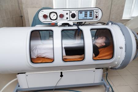 Eine Druckkammer ist ein Gerät, das den Körper mit einer erheblichen Menge Sauerstoff sättigt. Hyperbare Sauerstoffversorgung. Standard-Bild