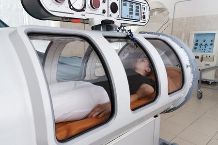 Une chambre de pression est un appareil qui sature le corps avec une quantité importante d'oxygène. Oxygénation hyperbare.