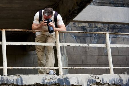 The photographer makes picture on an abandoned building. 免版税图像