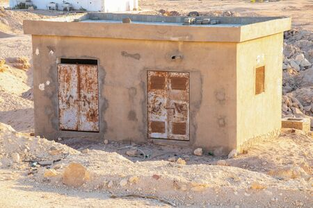 one-storey utility room stands on the sand in Egypt on a sunny day Foto de archivo