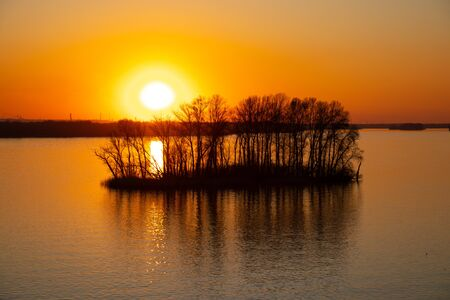 sunset on the banks of the Dnieper river among trees in Ukraine in the Dnieper cities 版權商用圖片 - 148095958