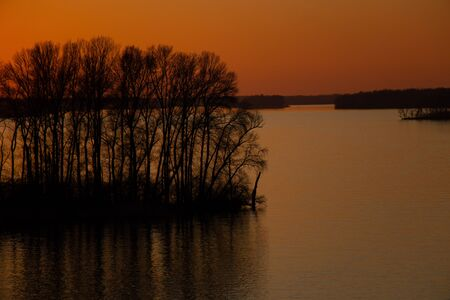 sunset on the banks of the Dnieper river among trees in Ukraine in the Dnieper cities 版權商用圖片 - 148096473