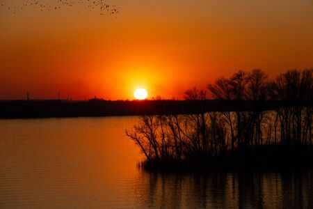 sunset on the banks of the Dnieper river among trees in Ukraine in the Dnieper cities 版權商用圖片 - 148097982