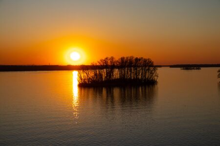 sunset on the banks of the Dnieper river among trees in Ukraine in the Dnieper cities 版權商用圖片 - 148095753