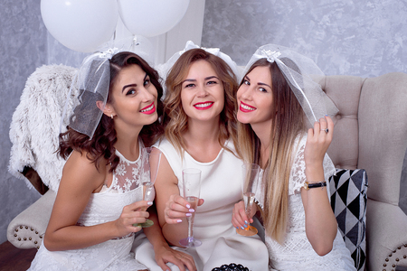 Chicas felices divirtiéndose, bebiendo champaña, fiesta de gallina