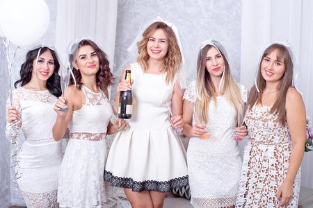 假日,夜生活,单身派对和人概念 - 有香槟玻璃的微笑的妇女