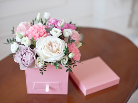 Square Pink Flower box with Fresh Rose Stockfoto