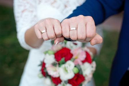 Primo piano Mani degli sposi e della sposa con le fedi nuziali Archivio Fotografico