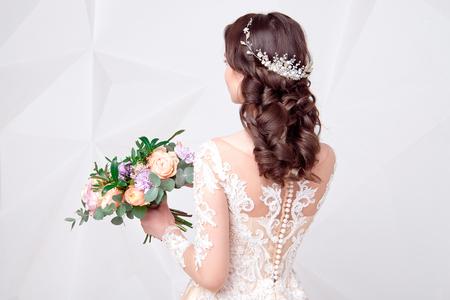Weibliche elegante Hochzeitsfrisur für die Hochzeit, unerkennbare Rückansicht.