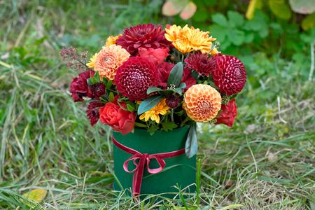 Caja de flores de primer plano como concepto de regalo para bodas, cumpleaños, eventos, celebraciones, entrega de flores, sorpresa