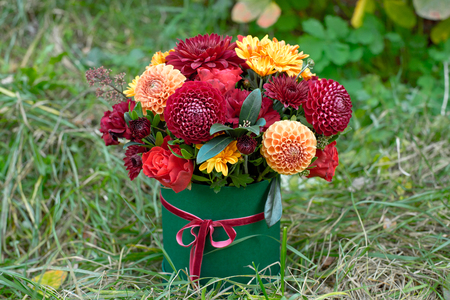 Close-up flower-box as a gift concept for wedding, birthday, event, celebration, flowers delivery, surprise Stockfoto
