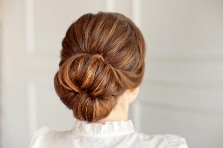 Vue arrière du chignon moyen de coiffure féminine aux cheveux noirs