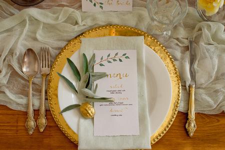 Rustikales Hochzeitstisch-Set. Vintage Esstisch mit Dekorationen, Blumen. Boho-Stil. Tischset für ein Event, eine Party, ein Date oder eine Hochzeit.