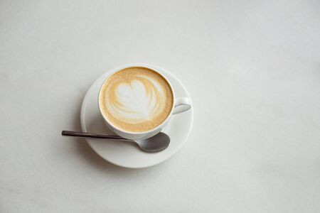 White cup of coffee on table in coffee shop cafe. Foto de archivo - 135439142