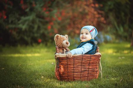 Niño feliz jugando con un juguete. Niños disfrutando de la actividad al aire libre. Conceptos de infancia, bebé, vacaciones, gente, afición.
