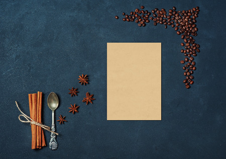Marco de granos de café Palitos de canela Cuchara y estrellas de anís. Ingredientes de cocina Composición de invierno u otoño. Flat lay Vista superior Espacio en blanco
