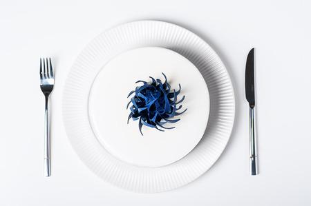 La vista superior de casarse la torta blanca de moda moderna en fondo aislado de la placa con el sistema del servicio de mesa. Conceptos de postres dulces. Pastel de mousse con glaseado blanco Foto de archivo