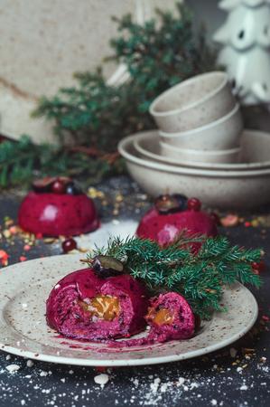 Delicioso pastel de mousse de mousse de moda con relleno de miel en la mesa de fiesta decorado con plato y taza conjunto Cono de pino Cono de pino. Home Pastry Rustic Dinner Holiday Winter concepto. Cocina en casa acogedora