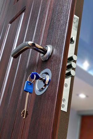 wood door: Serrure pour porte d'entr�e blind�e Banque d'images