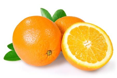 naranjas: dos y una mitad de naranja sobre un fondo blanco