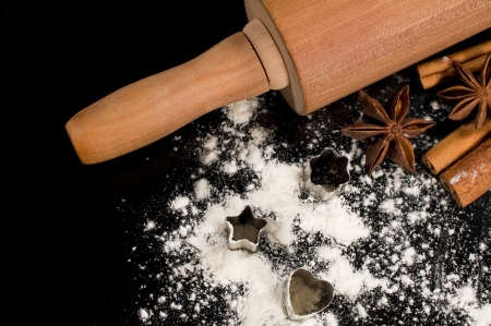 rollingpin: baking ingredients : flour, tins , spice and rolling pin Stock Photo