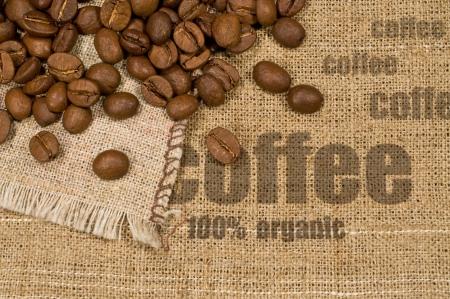 黄麻布、単語「コーヒー」、コーヒー豆のテクスチャーと背景