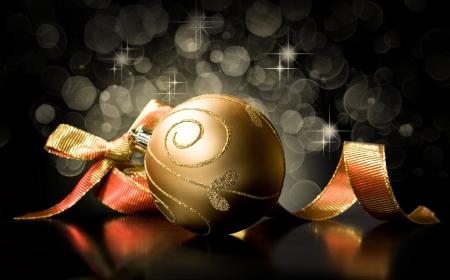 ゴールデン クリスマス ボールとライトと黒の背景のリボン