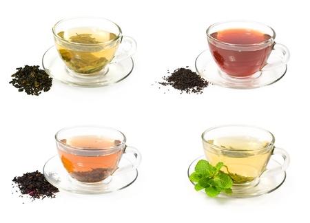 白でさまざまなお茶とガラスのカップのセット