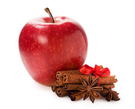 pomme rouge: pomme rouge avec de la cannelle et l'anis étoilé isolé sur blanc Banque d'images