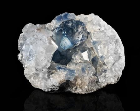 Drusen Mineral Coelestin auf einem schwarzen Hintergrund Standard-Bild - 23875339