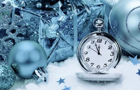 12 month old: Sfondo di Capodanno. orologio da tasca e decorazioni natalizie.