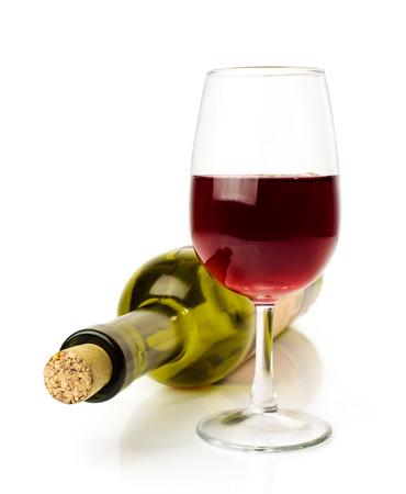 ガラスに白で隔離赤ワイン