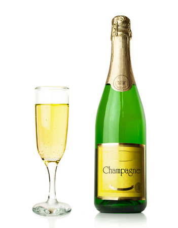 fles en glas champagne op wit wordt geïsoleerd