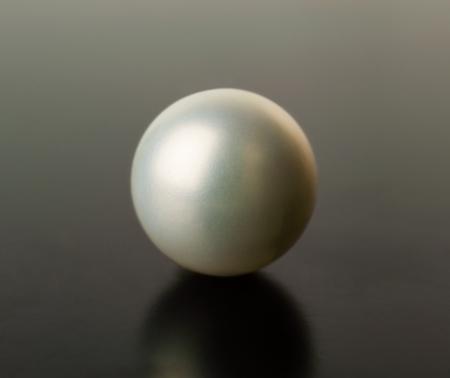 Weiße Perle auf eine schwarze Wand Standard-Bild - 25232115
