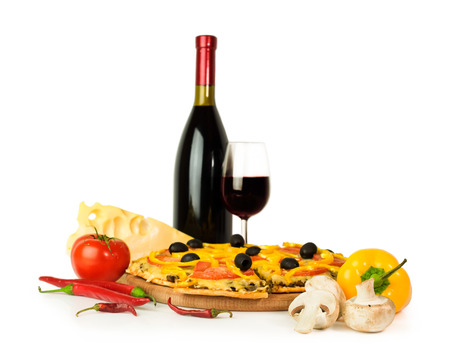 ワインと食材の白で隔離のピザ 写真素材