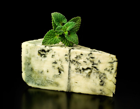 blue cheese and mint on black background 版權商用圖片