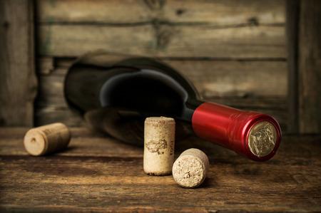 赤ワインのコルク栓とボトル