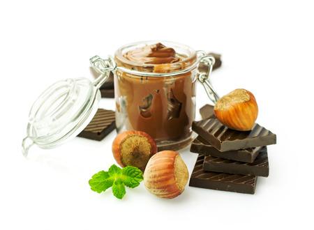 ピーナッツ バターと白で隔離ヘーゼル ナッツ チョコレート 写真素材