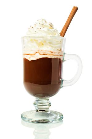 ホイップ クリームとシナモンを白で隔離ガラスのホット チョコレート