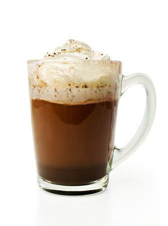 白で隔離ガラスのボウルに生クリームとホット チョコレート